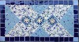 Tisch in Blautönen mit zarten Blüten