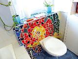 WC-Kasten in Mosaik-Verkleidung
