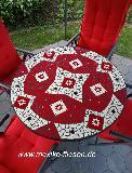 Gartentisch mit rotem Bruchmosaik